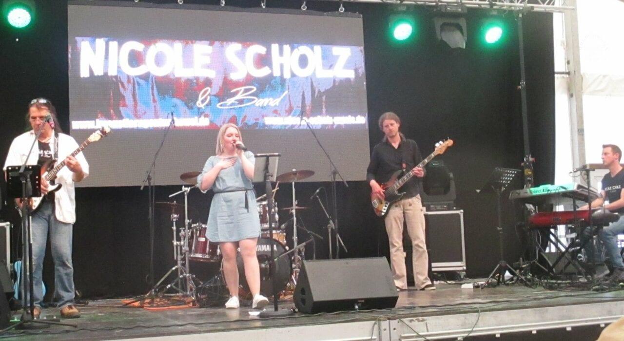 Nicole Scholz Sängerin und Solistin für Hochzeiten, Veranstaltungen, Events, Eventband, Partyband, Galaband, Band für Firmenfeier, Band für Weinfest, Band mit Sängerin